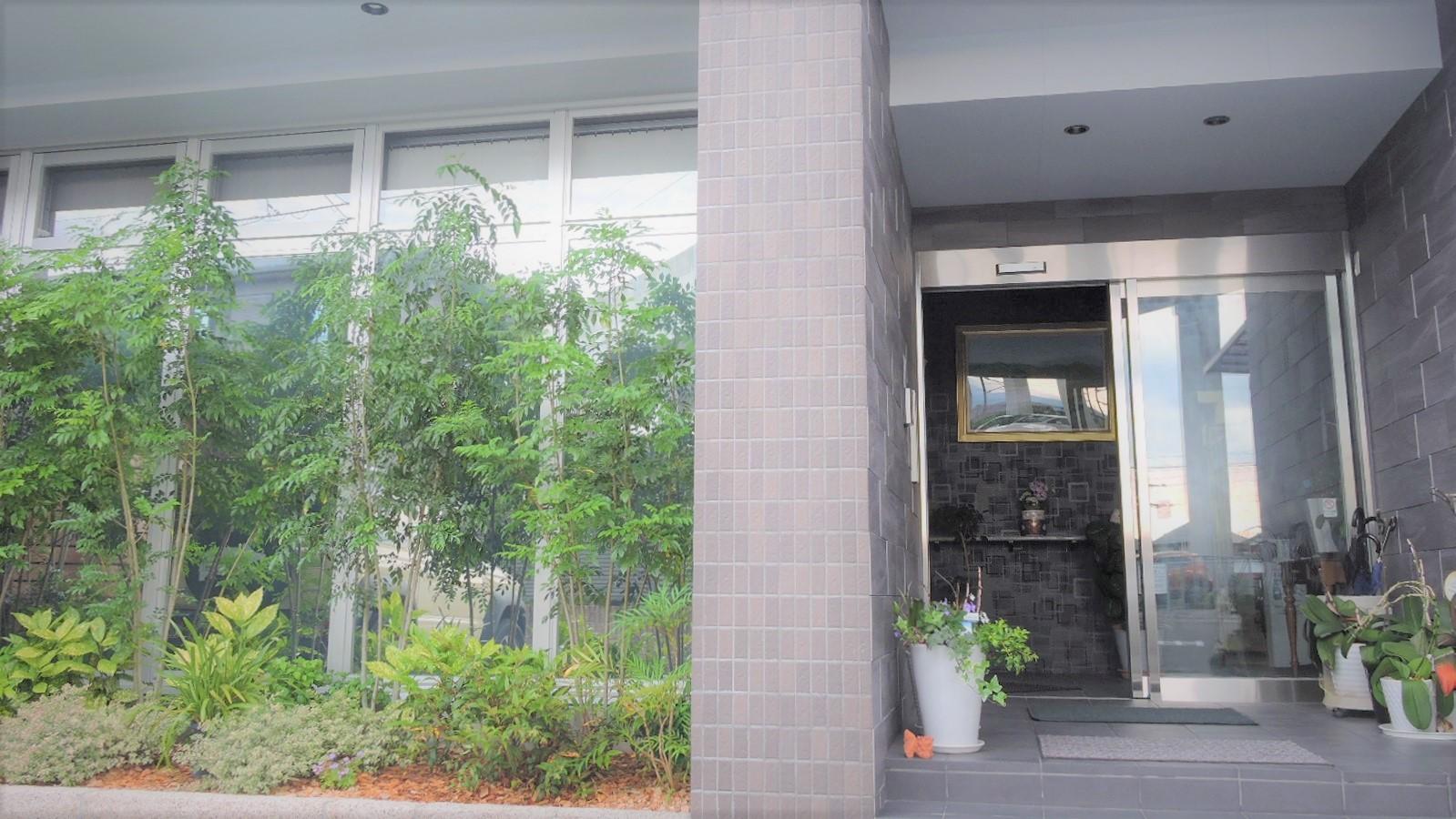 社屋の玄関